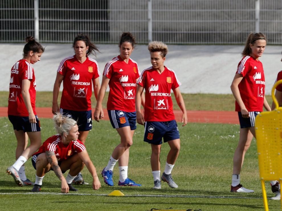 -Las jugadoras de la selección española de fútbol durante la sesión vespertina que han realizado en la ciudad francesa de Deauville