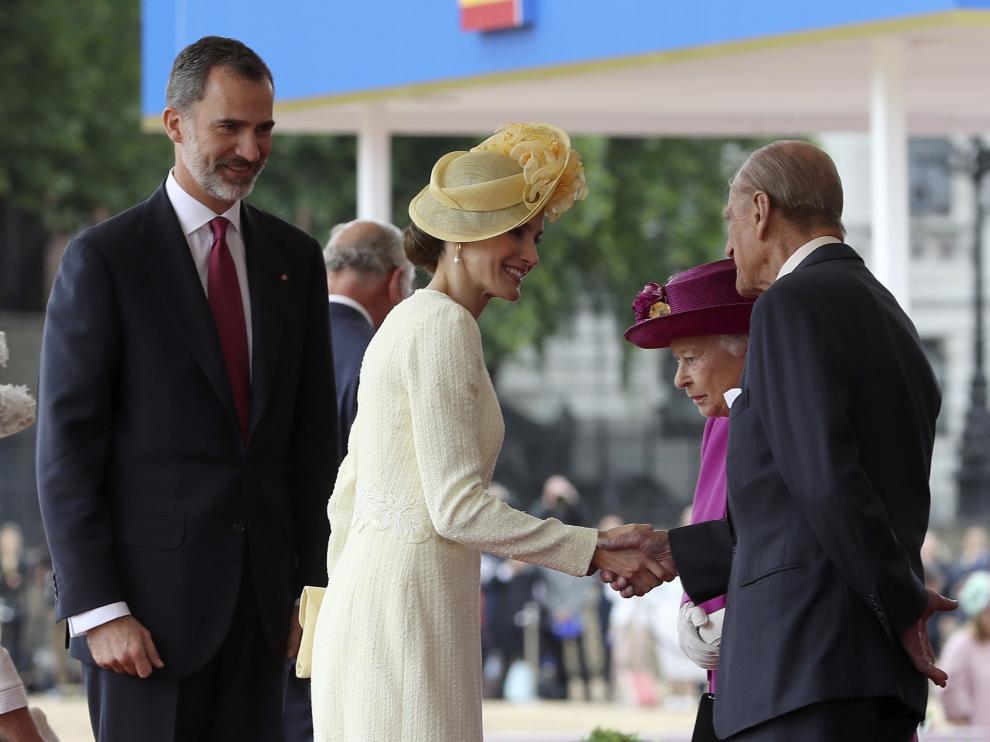 Los Reyes de España saludan a Isabel II y al duque de Edimburgo, en una imagen de archivo.