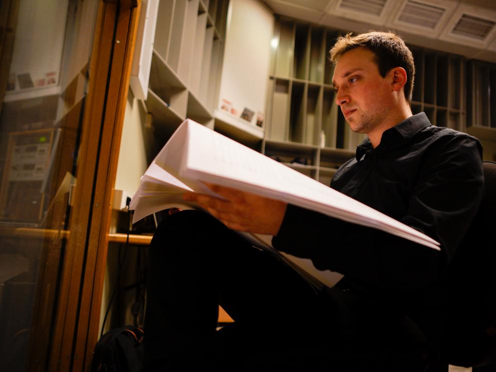 Néstor Romero, compositor aragonés, estudiando una partitura.