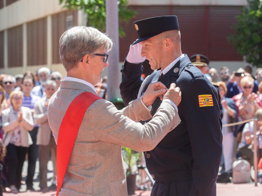 Pedro Santisteve entrega una medalla a un agente en la celebración del día de la Policía Local.