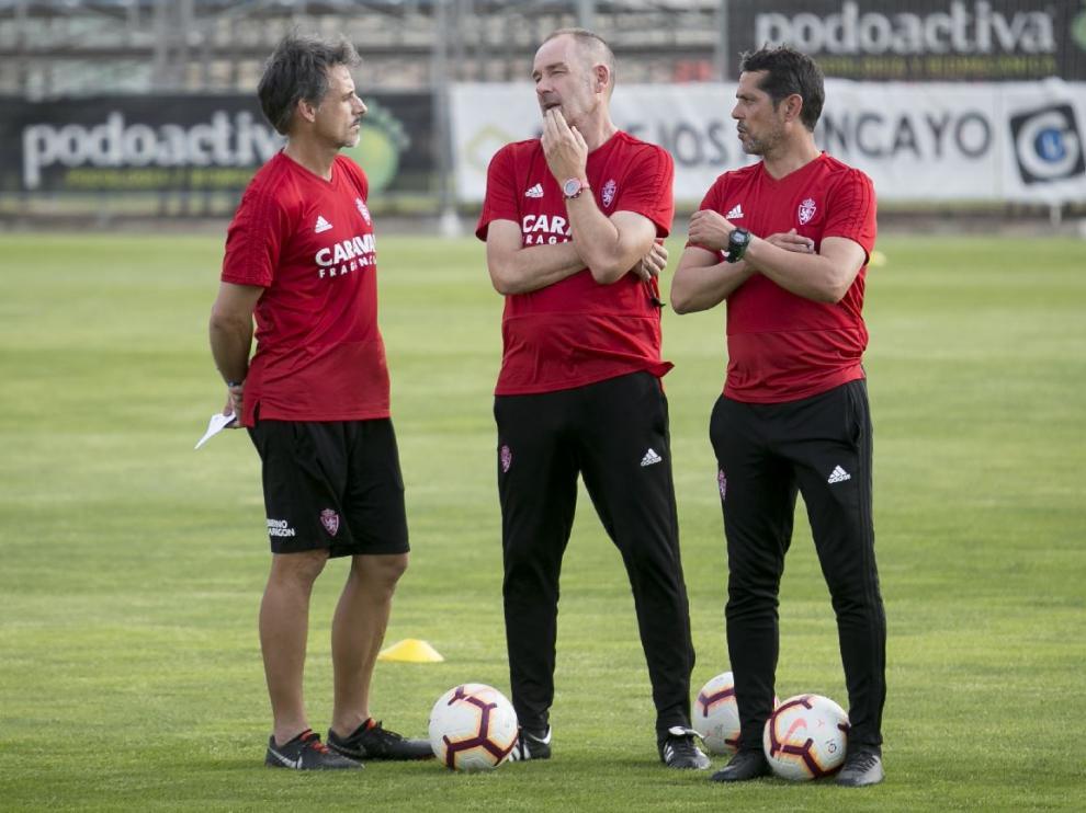Víctor Fernández, flanqueado por Roberto Cabellud y José Luis R. Loreto, su cuerpo técnico.