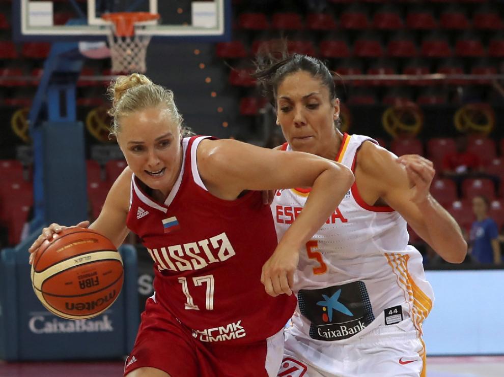 La jugadora de Rusia, Elena Beglova (i), intenta superar la defensa de la española, Cristina Ouviña