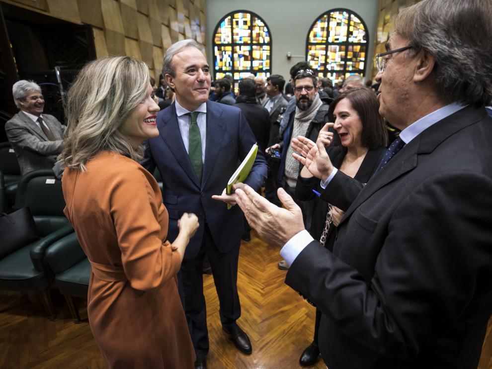 Los candidatos a la alcaldía de Zaragoza, Pilar Alegría, Jorge Azcón y Sara Fernánez, junto a Carlos Pérez, en el salón de plenos.