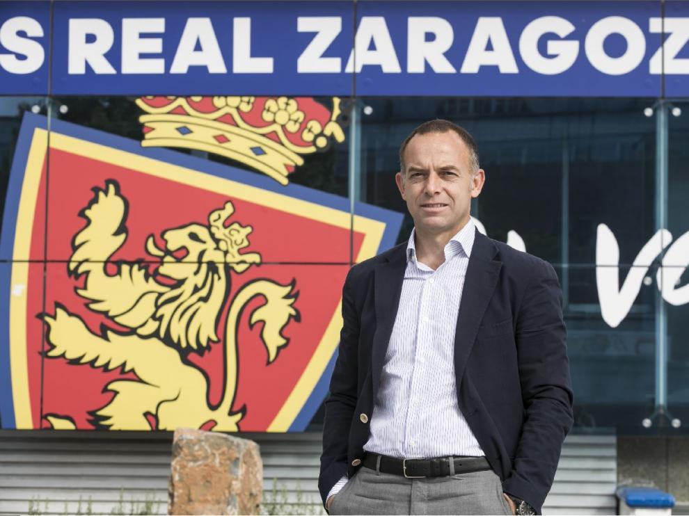 El presidente del Real Zaragoza, Christian Lapetra, en la puerta de la sede del club en La Romareda.
