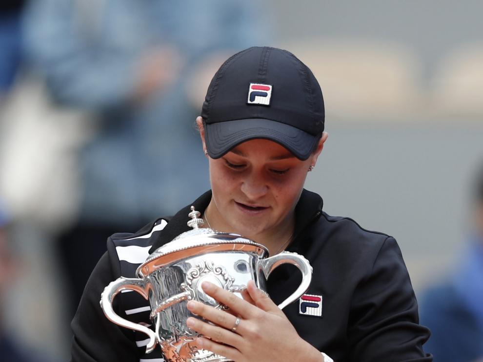 Tennis - French Open - Roland Garros, Paris, France - June 8, 2019. Australia's Ashleigh Barty celebrates with the trophy after winning the final against Marketa Vondrousova of the Czech Republic. REUTERS/Benoit Tessier [[[REUTERS VOCENTO]]] TENNIS-FRENCHOPEN/
