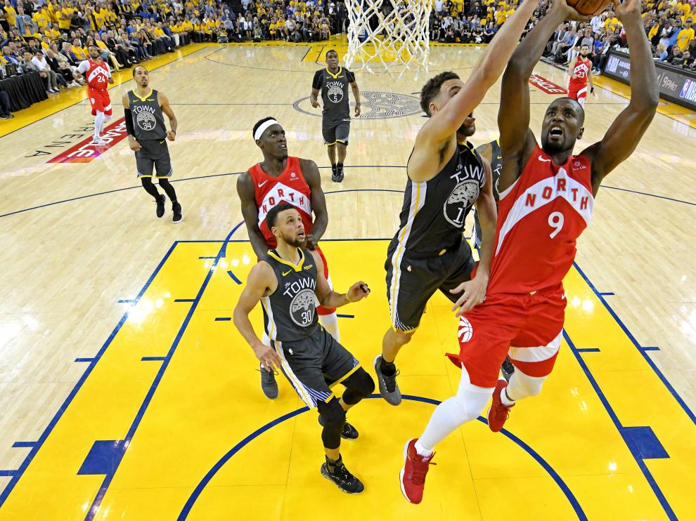 Jun 7, 2019; Oakland, CA, USA; Toronto Raptors center Serge Ibaka (9) shoots the ball against Golden State Warriors guard Klay Thompson (11) in game four of the 2019 NBA Finals at Oracle Arena. Mandatory Credit: Kyle Terada-USA TODAY Sports [[[REUTERS VOCENTO]]] BASKETBALL-NBA-GSW-TOR/