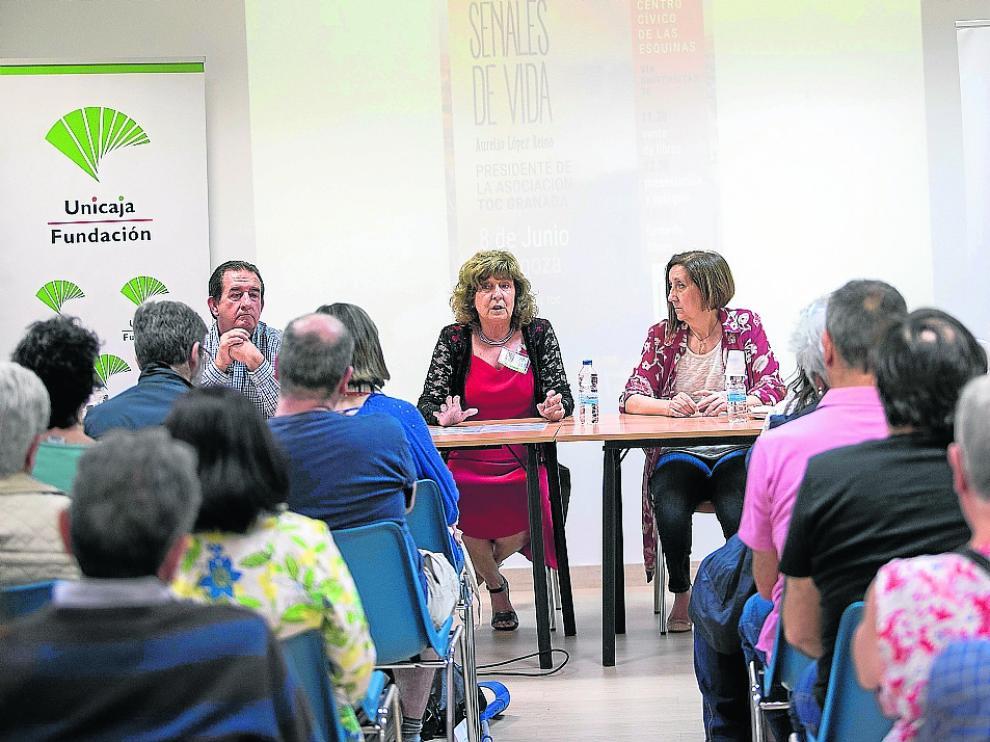 Miembros de TOC Zaragoza y Aurelio López, de TOC Granada, en el centro cívico de las Esquinas.