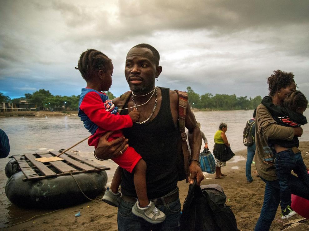 Migrantes africanos llegan a territorio mexicano por el río Suchiate, entre México y Guatemala.