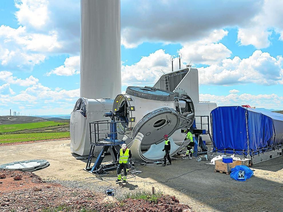 Montaje de un aerogenerador en el parque eólico de Mezquita de Jarque.