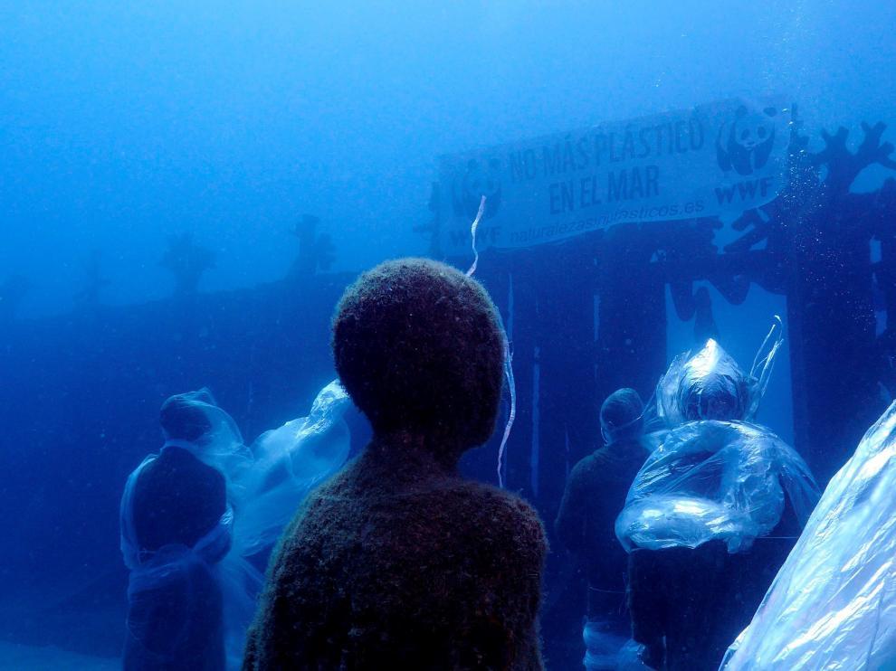 Protesta subacuática en Lanzarote para denunciar la contaminación por plástico en los océanos.