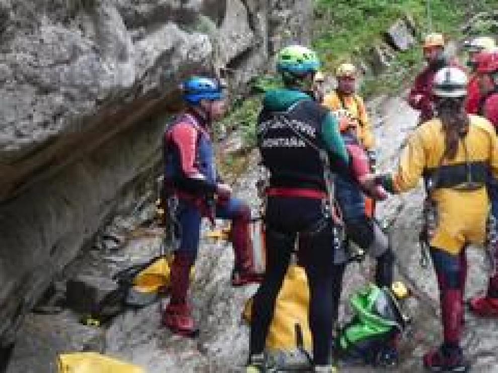La práctica de espeleosocorro en el barranco Las Gloces ha reunido a miembros de la Federación Aragonesa de Espeleología, la Guardia Civil de Montaña, la Ertzaina, Bomberos de Zaragoza y estudiantes.