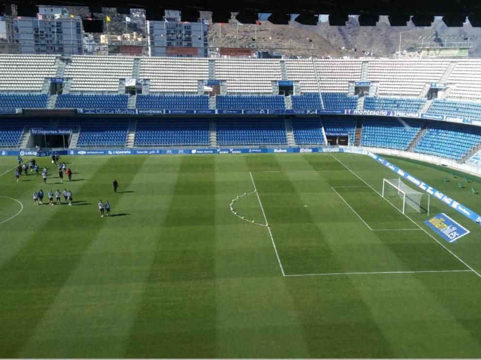 El estadio Heliodoro Rodríguez de Tenerife hora y media antes del inicio del partido, con los jugadores llegando a los vestuarios.