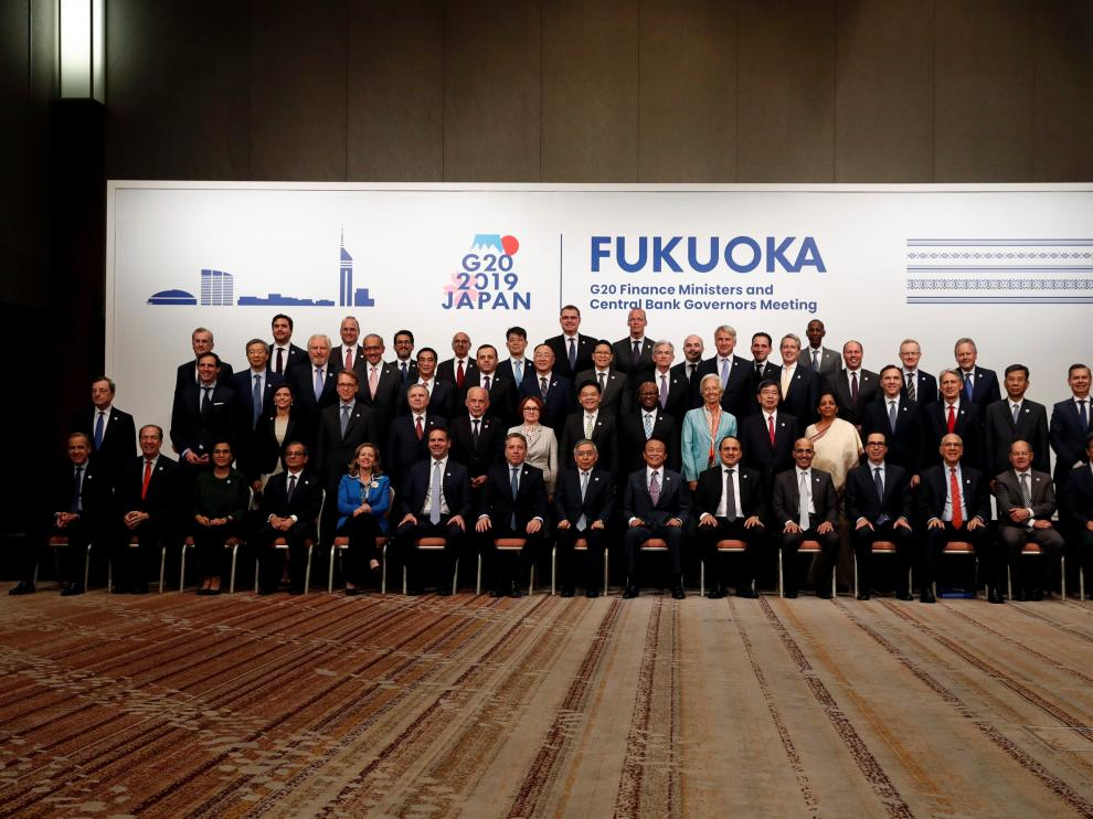 Japan's Finance Minister Taro Aso poses with delegations members for a family photo during the G20 Finance Ministers and Central Bank Governors Meeting in Fukuoka, Japan June 9, 2019. REUTERS/Kim Kyung-Hoon [[[REUTERS VOCENTO]]] G20-JAPAN/FINANCE