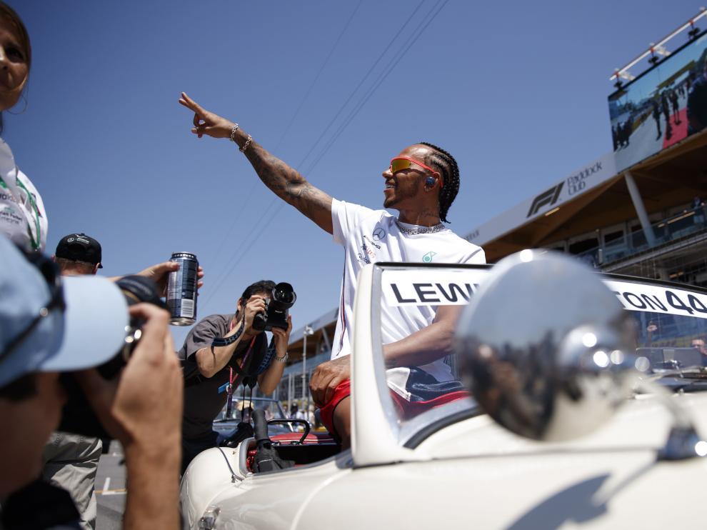 Lewis Hamilton saluda a los aficionados en el desfile previo al Gran Premio de Canadá.
