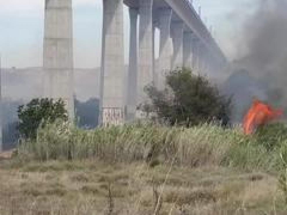 Por el momento, se desconocen las causas del fuego,para cuya extinción ha sido necesaria la labor de varias dotaciones de bomberos.