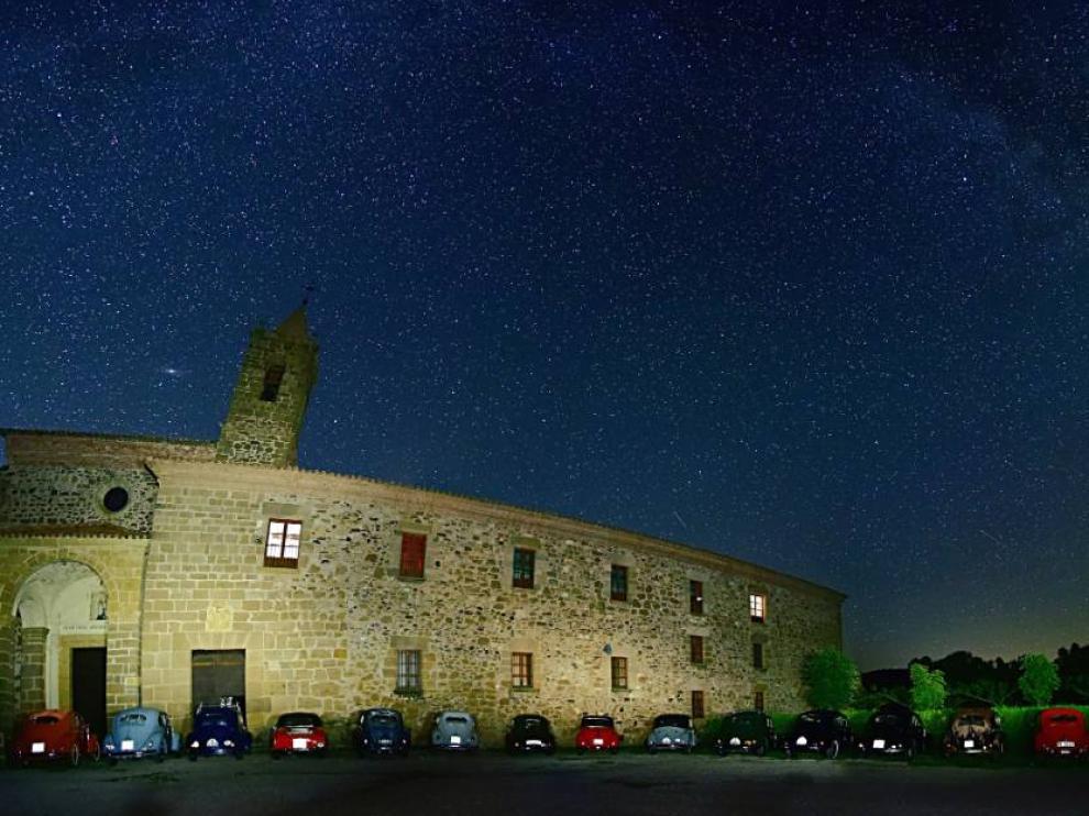 Volkswagen escarabajo delante del monasterio del Olivar, en Estercuel.
