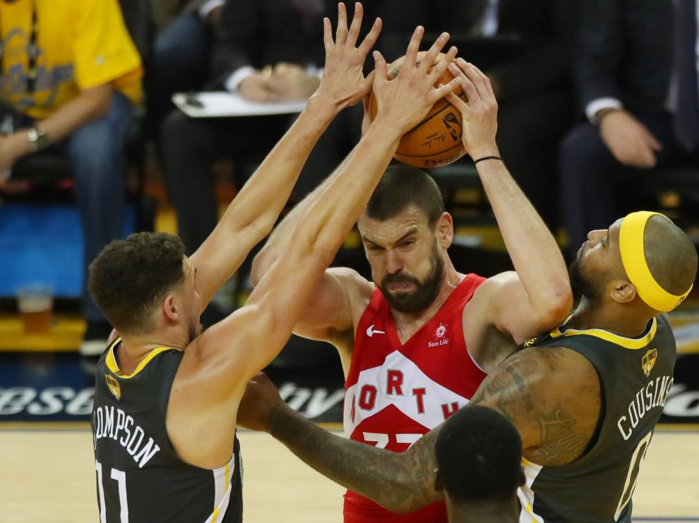 Jun 7, 2019; Oakland, CA, USA; Toronto Raptors center Marc Gasol (33) drives to the basket between Golden State Warriors guard Klay Thompson (11) and center DeMarcus Cousins (0) during the third quarter of game four of the 2019 NBA Finals at Oracle Arena. Mandatory Credit: Cary Edmondson-USA TODAY Sports [[[REUTERS VOCENTO]]] BASKETBALL-NBA-GSW-TOR/