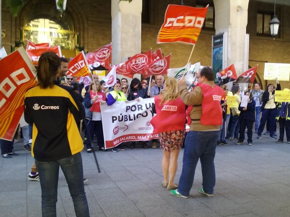 Protesta de los empleados de Correos en la sede de Zaragoza.