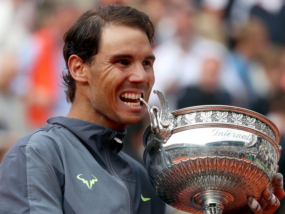Rafa Nadal posa con su trofeo tras ganar por duodécima vez el Roland Garros.