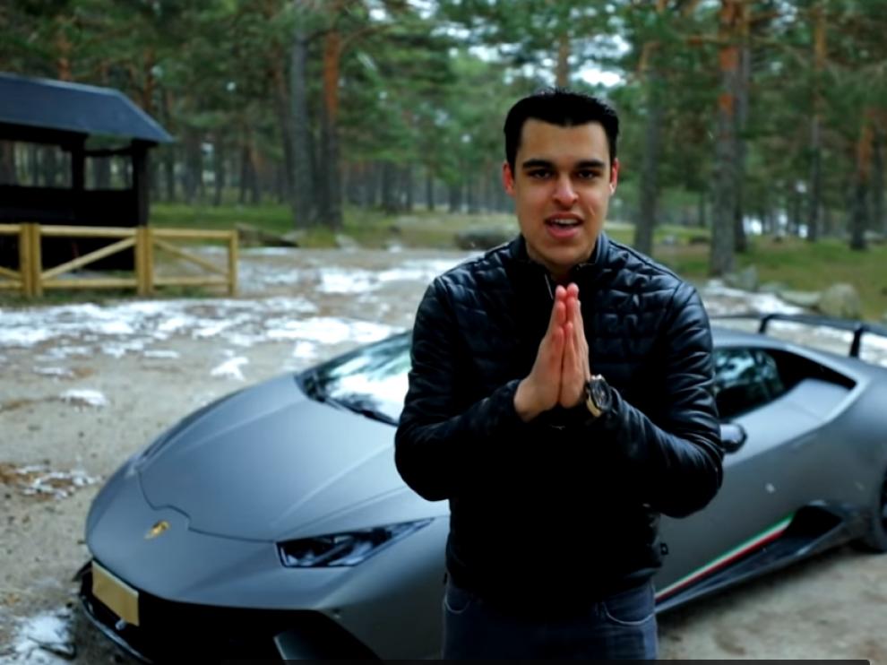 David Díaz en uno de sus vídeos mostrando su coche
