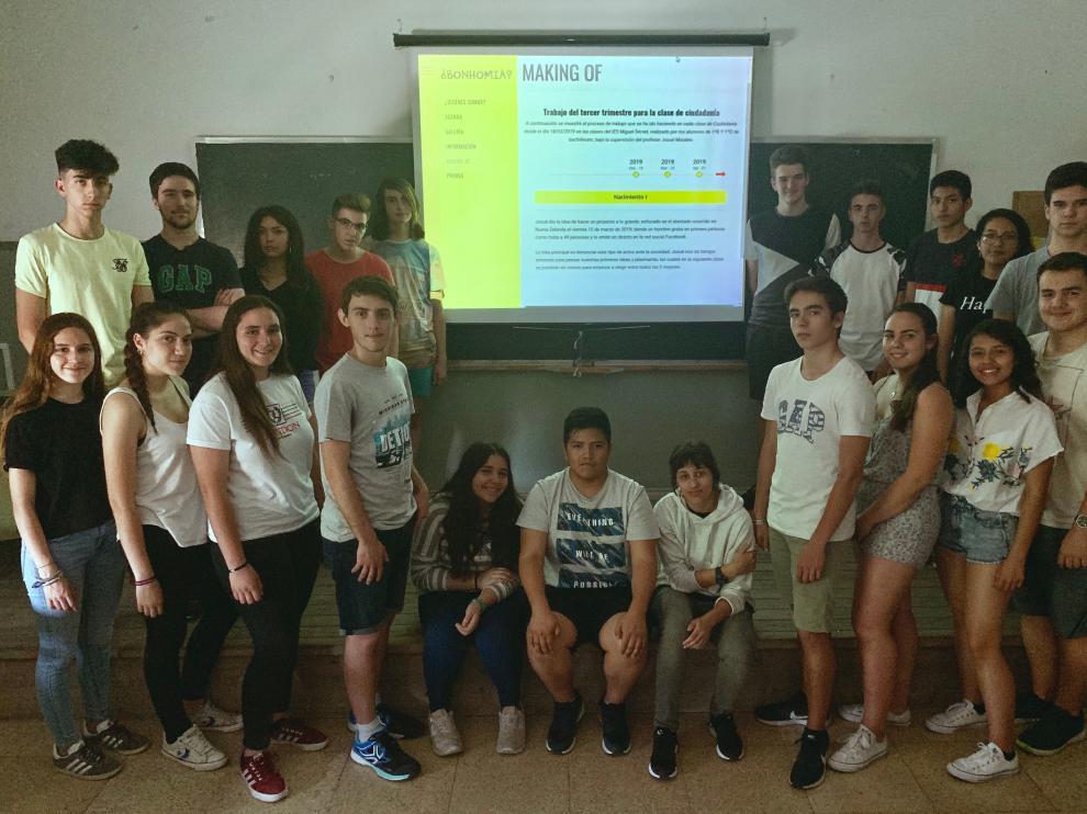 El equipo de 1º de bachillerato, al completo, muestra el 'making of' de su propuesta