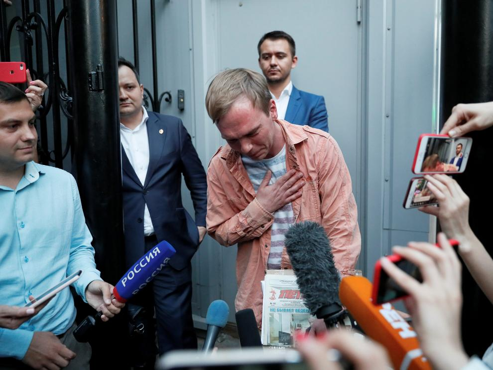 Russian journalist Ivan Golunov, who was freed from house arrest after police abruptly dropped drugs charges against him, reacts while addressing the media near the city office of criminal investigations in Moscow, Russia June 11, 2019. REUTERS/Shamil Zhumatov     TPX IMAGES OF THE DAY [[[REUTERS VOCENTO]]] RUSSIA-JOURNALIST/