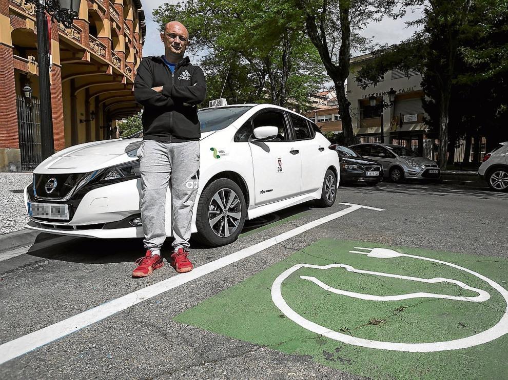 """Kiko Alcaide y su taxi Nissan Leaf, """"un coche más cómodo y rentable"""" que se mueve solo con baterías eléctricas."""