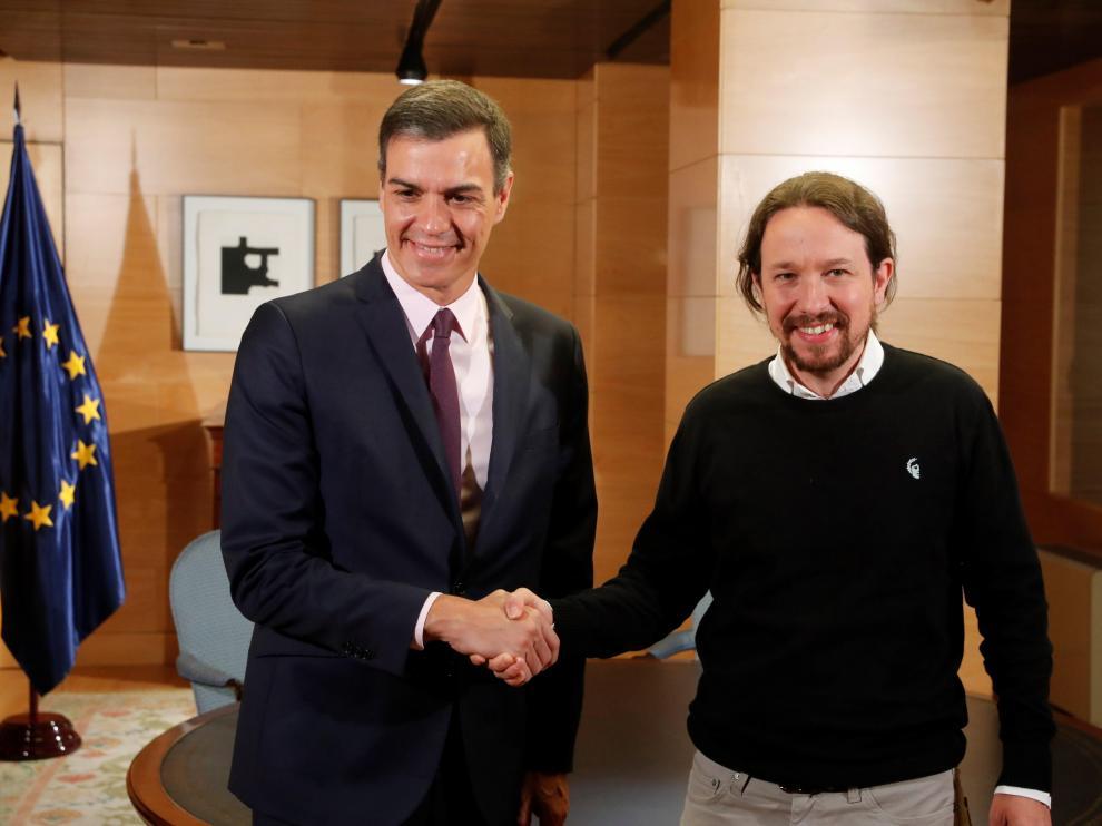 El líder de Unidas Podemos, Pablo Iglesias, con el presidente del Gobierno en funciones, Pedro Sánchez, en la reunión de este martes por la mañana.