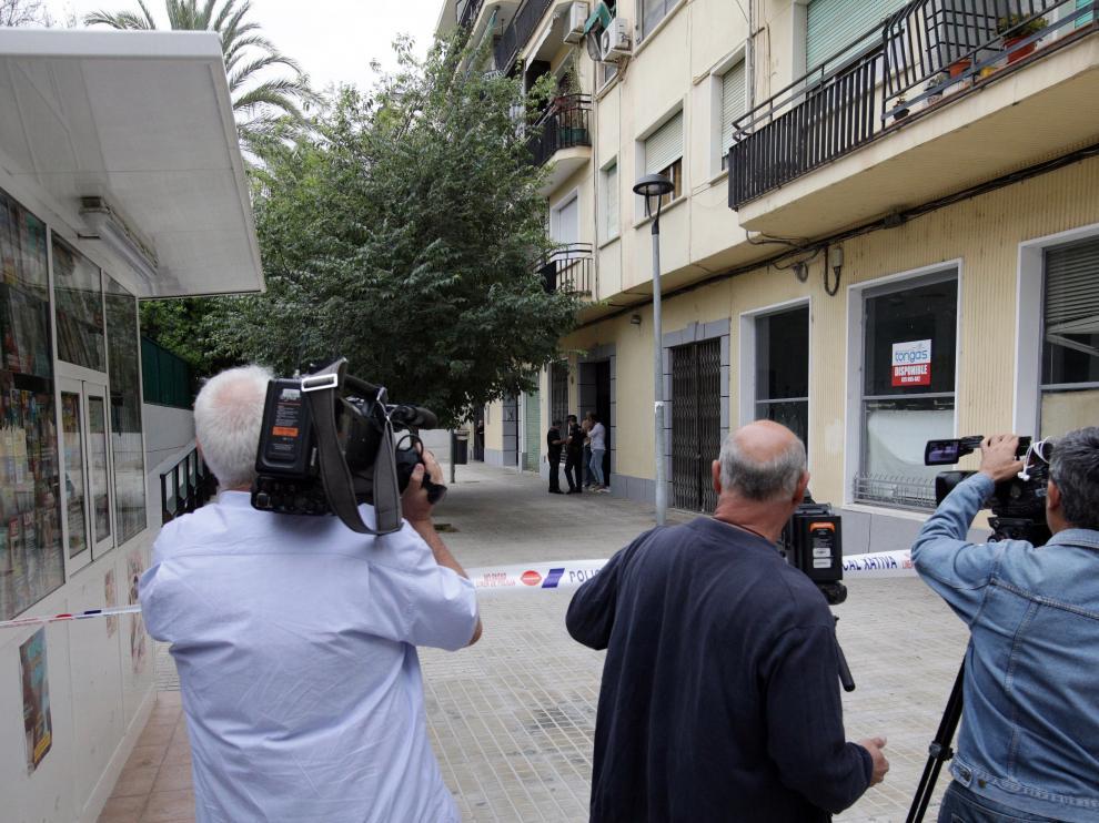 Policías y periodistas en el lugar donde ocurrió el crimen