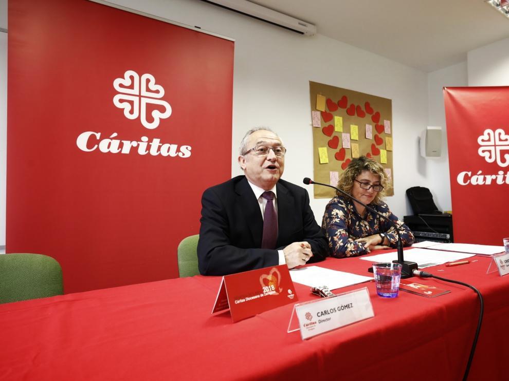 Carlos Gómez, director de Cáritas Diocesana de Zaragoza, y Cristina García, secretaria general de la entidad, en la presentación de la memoria de actividades este martes.