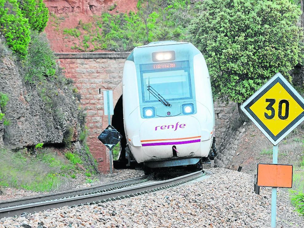 Un tren, este martes, en Caparrates, donde se ha fijado una velocidad máxima de 30 km por hora.