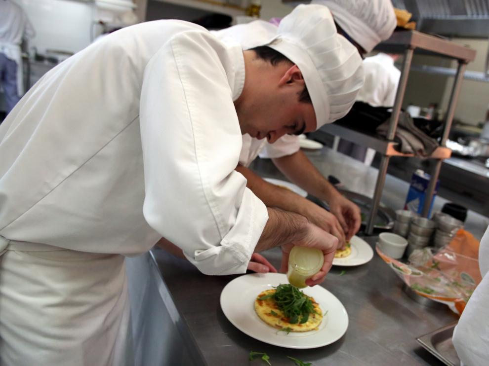 Alumnos de la Escuela de Hostelería de Huesca en la cocina del centro.