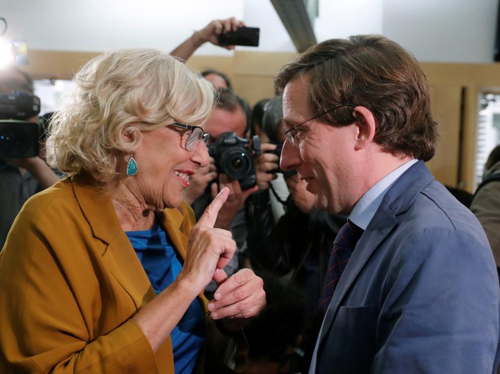 La alcaldesa en funciones de Madrid, Manuela Carmena, conversa con el candidato del PP al Consistorio, José Luis Martínez-Almeida.