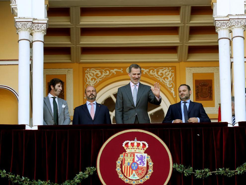 El Rey Felipe VI saluda desde el palco de honor en Las Ventas.