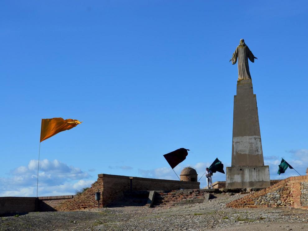La estatua del Sagrado Corazón domina el patio de armas del castillo de Monzón.