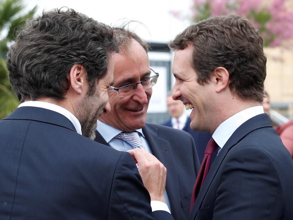 Pablo Casado conversa con Alfonso Alonso y Borja Sémper.