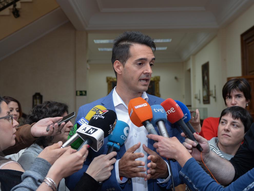 Ramón Fuertes comparece ante los medios tras la reunión con Emma Buj.