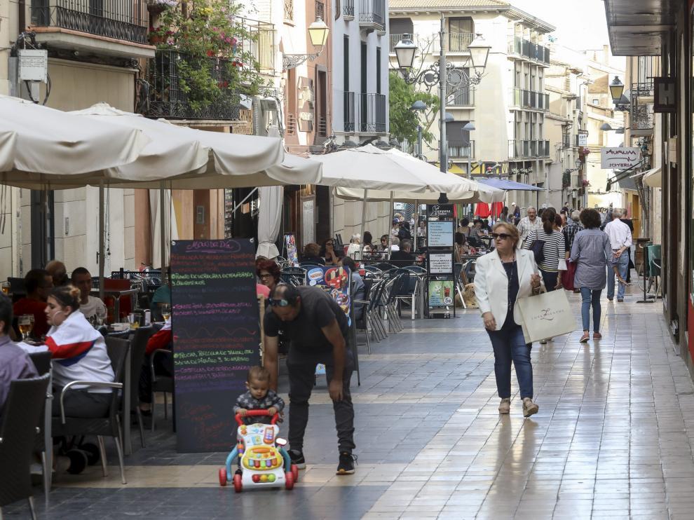 Veladores a un lado de la calle en Padre Huesca (la milla de oro) / 14-6-18 /Foto Rafael Gobantes [[[FOTOGRAFOS]]]