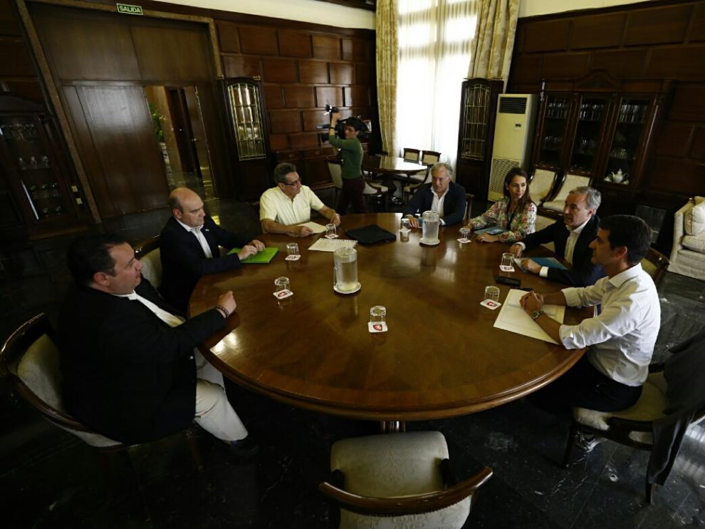 Los representantes del PP y de Vox se reunieron ayer en el Ayuntamiento de Zaragoza.