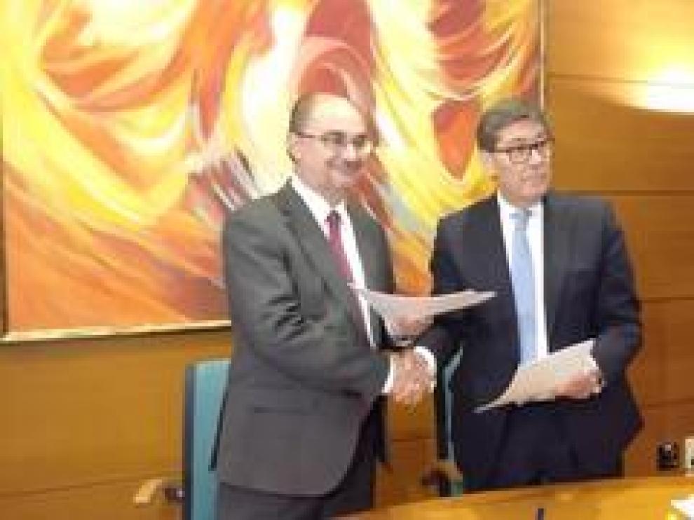 Javier Lambán,  secretario general del PSOE en Aragón, y Arturo Aliaga, presidente del PAR, han firmado este jueves un acuerdo de gobierno para la próxima legislatura en Aragón.