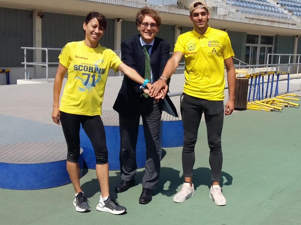 De izquierda a derecha: Isabel macías (atleta), Rafa Guerras (presidente del Scorpio) y Daniel Ambrós (atleta).