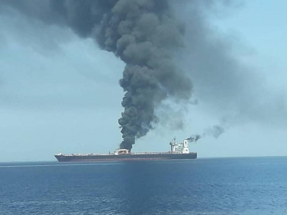 El petrolero noruego Nort Altair arde en el golfo de Omán.