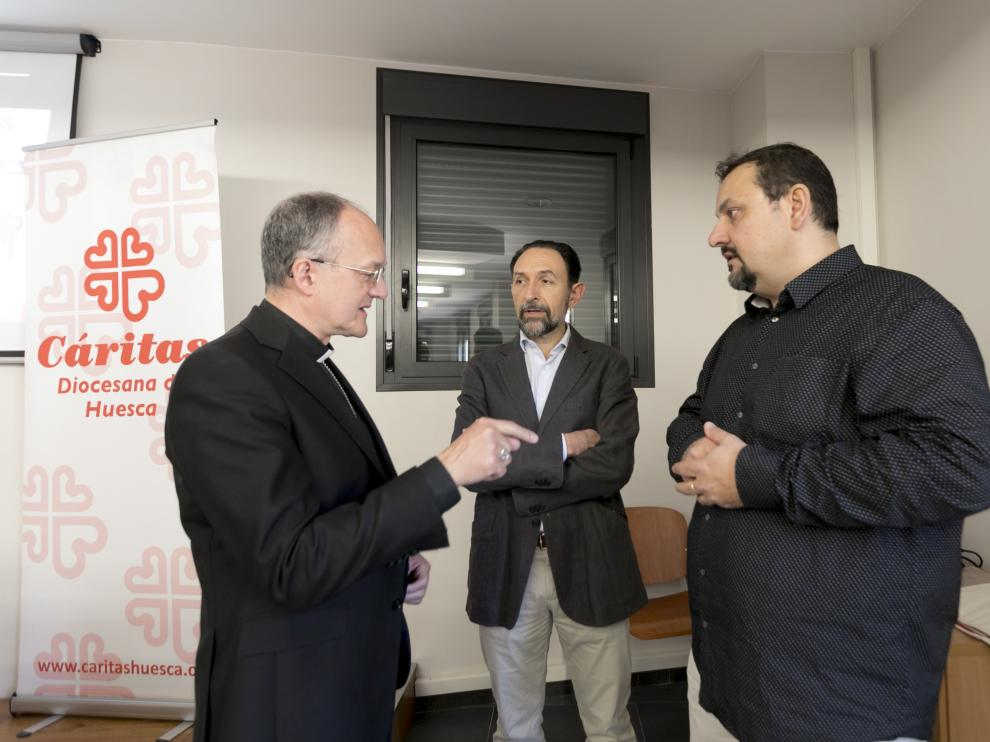 El obispo de Huesca, Julián Ruiz, con el director y el secretario de Cártias, Felipe Munuera y Jaime Esparrach.