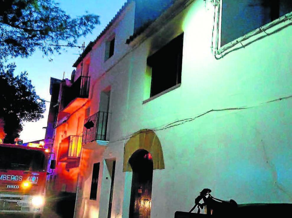 El fuego se produjo en una habitación de la segunda planta y los bomberos de la DPZ rescataron a la víctima con heridas muy graves.