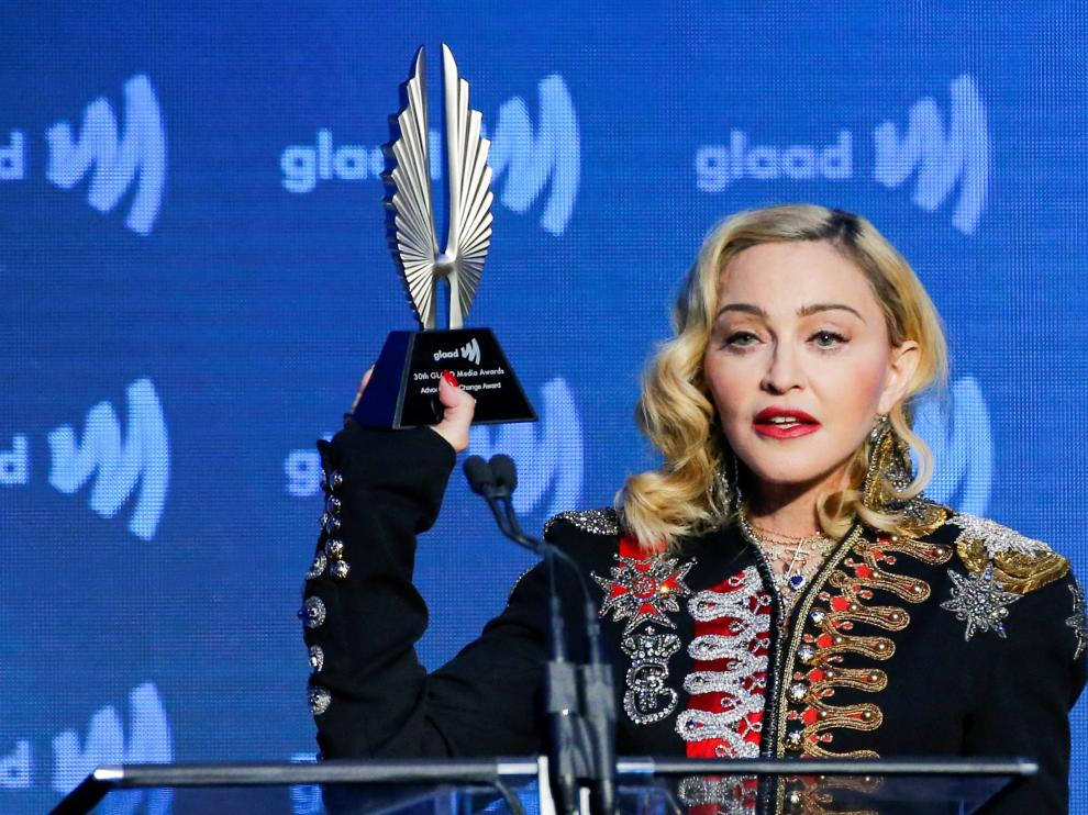 FILE PHOTO: Singer Madonna holds up her Advocate for Change award during the 30th annual GLAAD awards ceremony in New York City, New York, U.S., May 4, 2019. REUTERS/Eduardo Munoz/File Photo [[[REUTERS VOCENTO]]] PEOPLE-MADONNA/