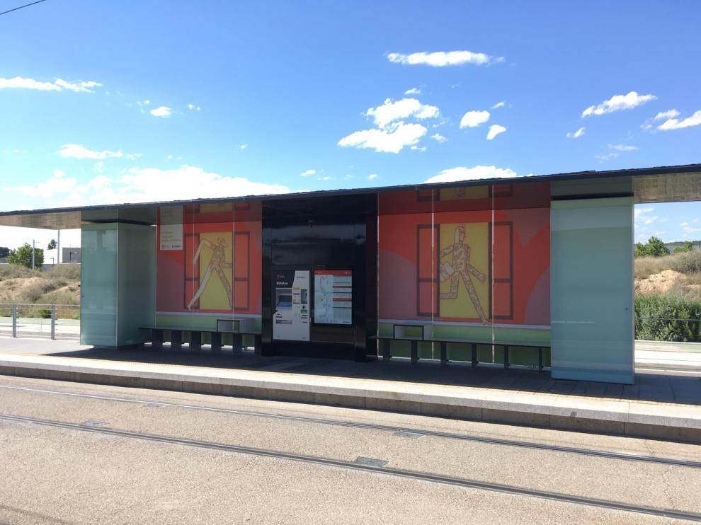 Nuevos vinilos en la parada del tranvía de Juslibol