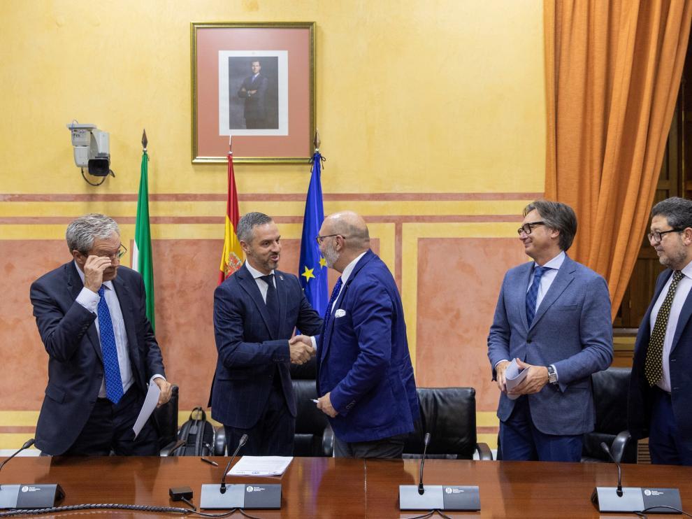 Los consejeros andaluces de Economía, Rogelio Velasco (Cs), y de Hacienda, Juan Bravo (PP), con los diputados de Vox Alejandro Hernández, Manuel Gavira y Francisco Serrano durante la firma del acuerdo.