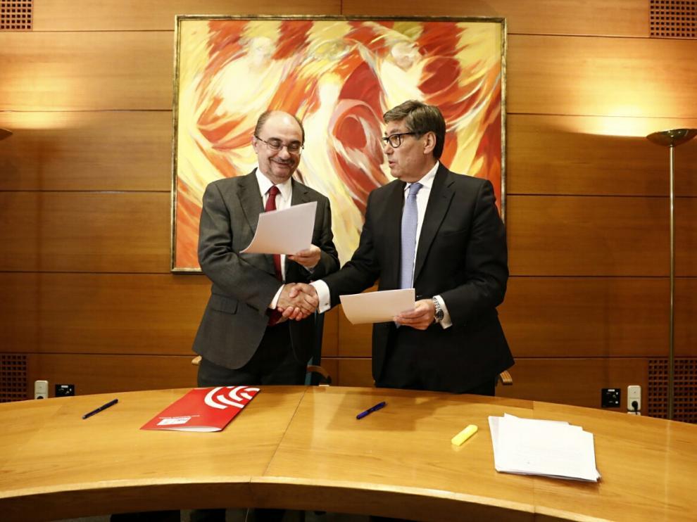 Javier Lambán y Arturo Aliaga en la firma del acuerdo.