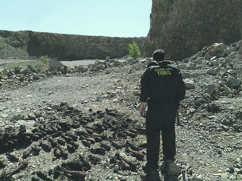 Un agente de la Guardia Civil, durante la destrucción de las granadas halladas en Monreal en 2017.