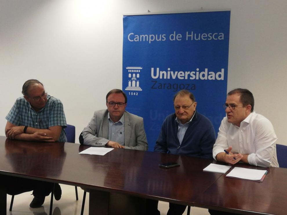 El vicerrector José Domingo Dueñas, segundo por la izquierda, durante la presentación.